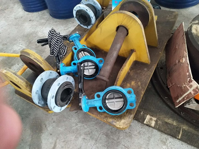 Why does the leakage occur when the rubber soft joint is connected to the clamp butterfly valve?